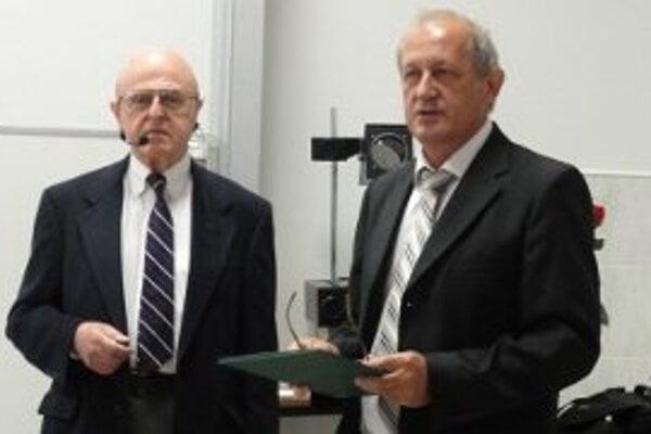 Ladislav Roth (vľavo) počas prednášky v Nitre.