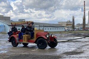 Hasičské vozidlo NW typ T ťahané do nového múzea.