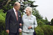 Na snímke z 18. novembra 2007 v sídle Broadlands na juhu Anglicka britská kráľovná Alžbeta II. a britský princ Philip si pozerajú do očí pri príležitosti výročia diamantovej svadby. V tomto sídle Alžbeta a Philip v novembri 1947 strávili svadobnú noc.