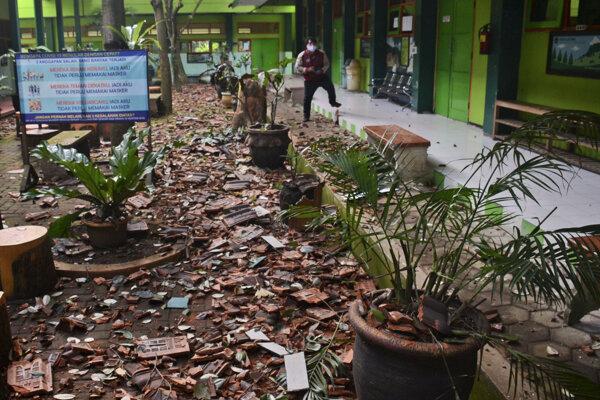 Silné zemetrasenie v Indonézii zbúralo strechy