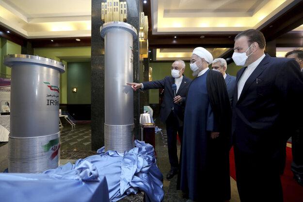 Iránsky prezident Hasan Rúhání na výstave iránskych jadrových úspechov v Teheráne.