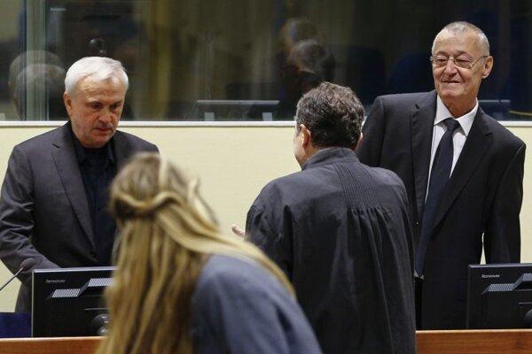 Jovic Stanišič (vľavo), exriaditeľ srbskej tajnej služby v ére Slobodana Miloševiča a jeho bývalý námestník a šéf útvaru osobitného určenia Frank Simatovič (vpravo) sa účastnia na opakovanom súdnom procese Medzinárodného trestného tribunálu pre bývalú Juhosláviu (ICTY) v Haagu 13. júna 2017.