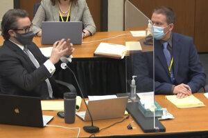 Obhajca Eric Nelson (vľavo) a obžalovaný bývalý policajt Minneapolisu Derek Chauvin (vpravo).