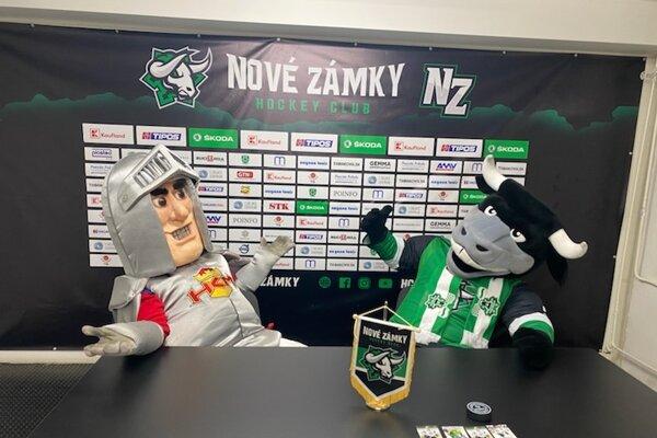 """Novozámocký maskot """"Attila"""" so svojim zvolenským kolegom po treťom štvrťfinálovom zápase vNových Zámkoch."""