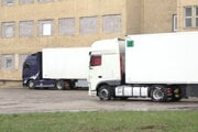 Kamióny v areáli farmaceutickej firmy.