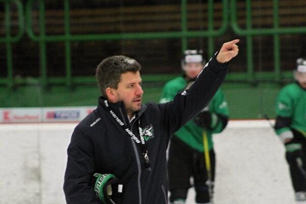 Tréner Gergely Majoross rozdáva pokyny svojim zverencom počas tréningu