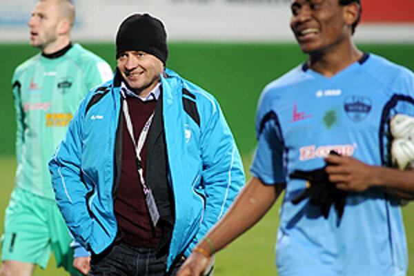 V strede vysmiaty tréner Vukušič, vpravo strelec druhého gólu Tawamba Kana.