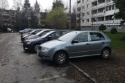 Parkovanie pred jedným z bytových domov na ulici Duklianskych hrdinov. Po novom tam bude vytvorených 8 parkovacích miest, čo parkovaciu kapacitu zníži.
