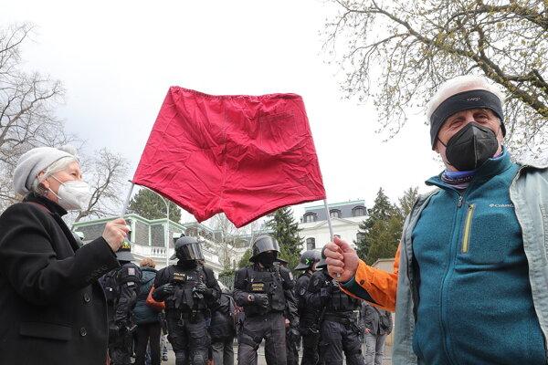 Demonštranti pred ruskou ambasádou v Prahe.