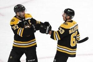 Patrice Bergeron (vľavo) a Brad Marchand z Boston Bruins.