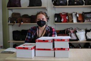 Podľa Zuzany čakala na otvorenie obuvi najmä staršia generácia. Topánky si radšej vyskúšajú.