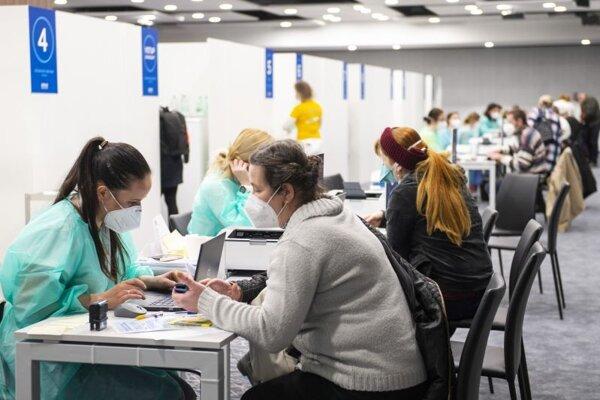 Registrácia objednaných ľudí na očkovanie vakcínou proti ochoreniu Covid-19 v priestoroch Veľkokapacitného očkovacieho centra na Národnom futbalovom štadióne.