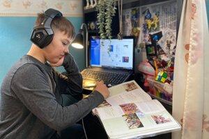 Deti sú nútené učiť sa dištančne, čím sú obmedzené ich kontakty s rovesníkmi už vyše roka.