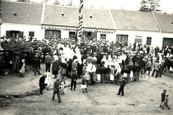 Stavanie mája vcentre Chtelnice, fotografia pochádza zroku 1936.