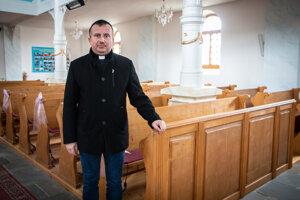 Na laviciach vľupčianskom kostole sú od jesene stále nalepené farebné papieriky, aby ľudia vedeli, kde si majú sadnúť. Včase nášho rozhovoru ľupčiansky farár vyjadril vieru, že ľudia sa do kostolov čoskoro vrátia. Pár hodín nato vláda oznámila uvoľňovanie protiepidemických opatrení, medzi nimi aj otvorenie kostolov.