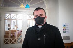 Ján Molčan slúži na piatich bohoslužobných miestach, okrem Partizánskej Ľupče chodí do Dúbravy, kde je nový chrám, vKrmeši majú modlitebňu zkultúrneho domu, vPotoku majú kaplnku zo zbrojnice, chodí aj do miestneho Domu sociálnych služieb Karita, kde tiež slúži. Okrem toho vyučuje náboženstvo vtroch základných školách.