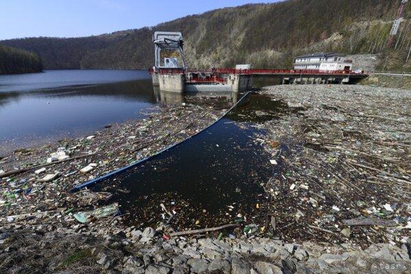 Priehrada Ružín je dlhodobo zaplavená odpadmi z neďalekých obcí.