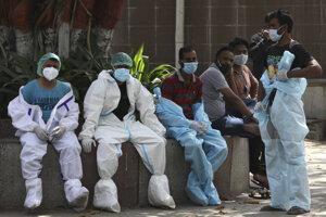 Unavení pracovníci márnice v Dillí.