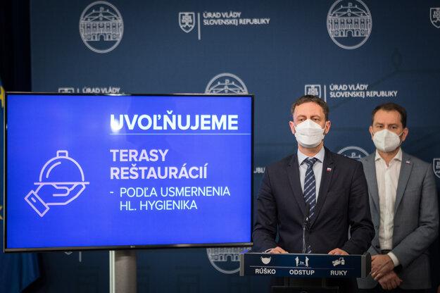 Premiér Eduard Heger oznamuje uvoľnenie opatrení.