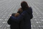 Na Staromestskom námestí v Prahe sa koncom marca objavilo vyše 25-tisíc krížov nakreslených kriedou, jeden za každú obeť covidu v krajine. Pozostalí tam okamžite vytvorili pietne miesto.