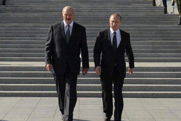 Ruský prezident Vladimir Putin (vpravo) a jeho bieloruský partner Alexander Lukašenko kráčajú počas kladenia vencov pri pamätníku pri príležitosti 70. výročia oslobodenia Minska od nacistických jednotiek počas 2. svetovej vojny v Minsku 2. júla 2014.