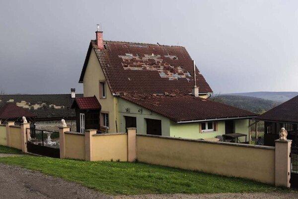 Jedna z poškodených striech v Ploskom.