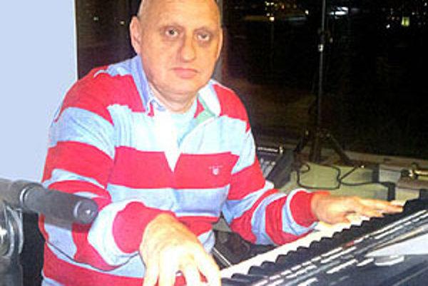 Laco Réti je hudobník s hokejovým srdcom. So svojím syntetizátorom prvýkrát hral v Nitre na hokeji ešte vo federálnej lige v roku 1990.