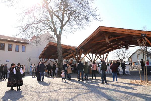 Tržnica v Moldave nad Bodvou je ekologická, má zelenú strechu, preto by tam malo byť aj v lete príjemnejšie.