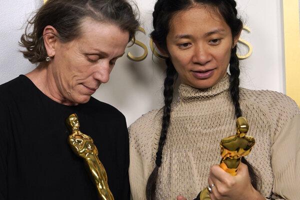 Herečka Frances McDormand a režisérka Chloé Zhao s Oscarmi, ktoré majú za film Krajina nomádov.