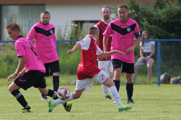 Futbalisti Kráľovej Lehoty v cyklámenových dresoch, v pozadí aj ich kapitán.