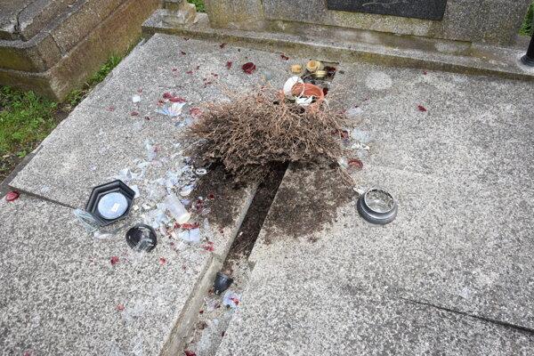 Páchatelia spôsobili škodu na starom mestskom cintoríne na ulici Dukelských hrdinov v Medzilaborciach.