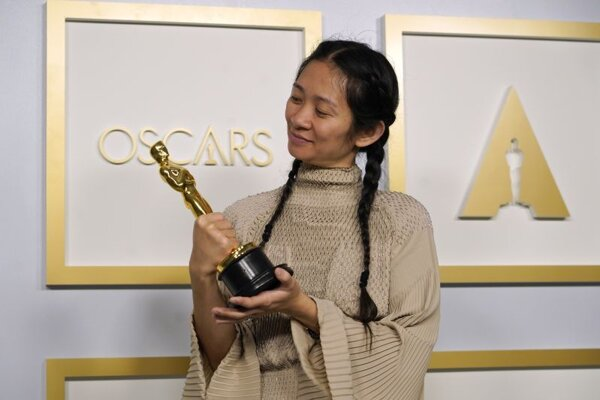 Chloé Zhao, ktorej filmová snímka Zem nomádov bola ocenená Oscarom v kategóriách najlepší film i najlepšia réžia.