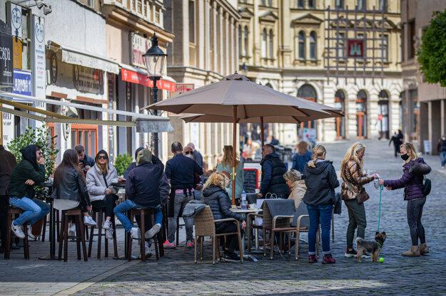 Rovnako je potrebné vydezinfikovať stôl, stoličku aj jedálny lístok po každom zákazníkovi.