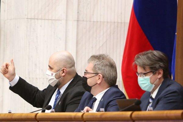 Poslanec parlamentu za hnutie Sme rodina Patrick Linhart (vľavo) počas rokovania parlamentu.