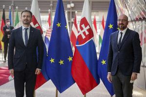 Slovenský premiér Eduard Heger a Charles Michel, predseda Európskej rady.