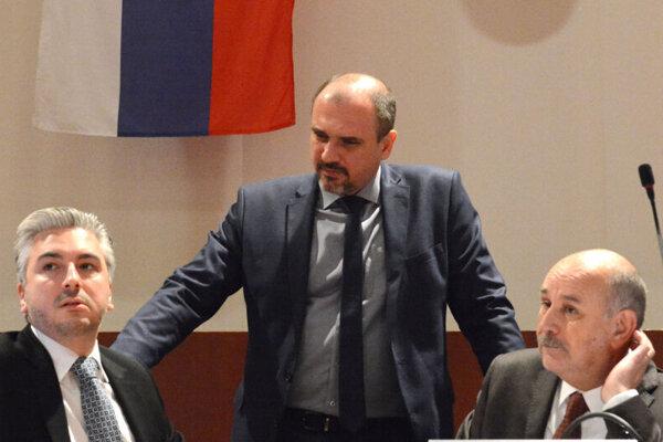 Vicežupan Karol Pataky (uprostred) kritizoval nečinnosť úradu.