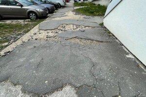Peniaze poputujú na opravy chodníkov.