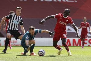 Martin Dúbravka a pred ním Sadio Mané v zápase Liverpool FC - Newcastle United.