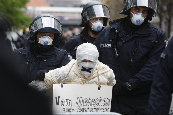 Zásah polície na vlaňajšej nepovolenej demonštrácii proti pandemickým opatreniam.