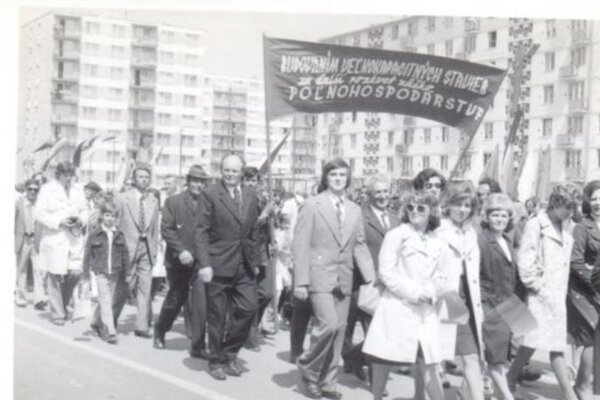 Prvomájový sprievod v Nových Zámkoch.