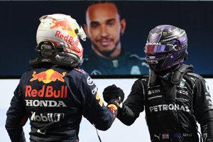 Max Verstappen (vľavo) gratuluje k víťazstvu Lewisovi Hamiltonovi.