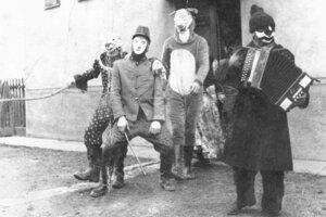 Fašiangy. V Košťanoch dôsledne dodržiavajú tradície. Takýto bol fašiangový pochod dedinou v roku 1967.