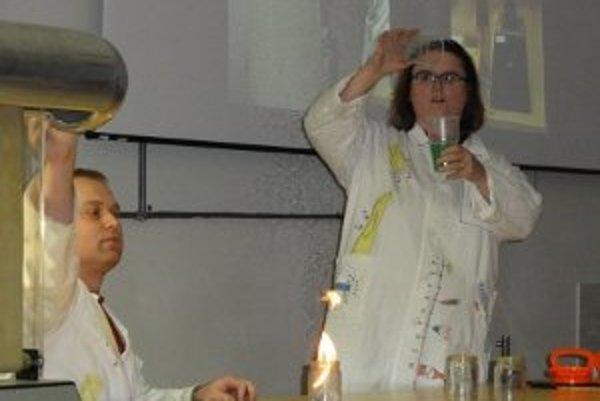 Fyzici Ján Ondruška a Ľubomíra Valovičová pritiahli na nitriansku zimnú fyzikálnu šou celkovo viac ako tisíc detí.