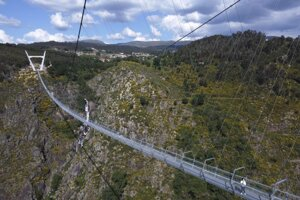 Úzka kovová lávka zavesená na oceľových lanách ponad kaňon dosahuje dĺžku 516 metrov. Približne 175 metrov pod konštrukciou tečie dravá rieka Paiva.