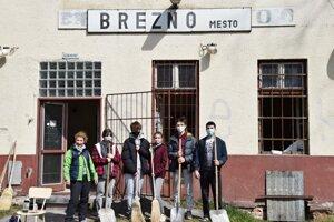 Mládežnícky parlament pomáha s premenou železničnej stanice v Brezne.