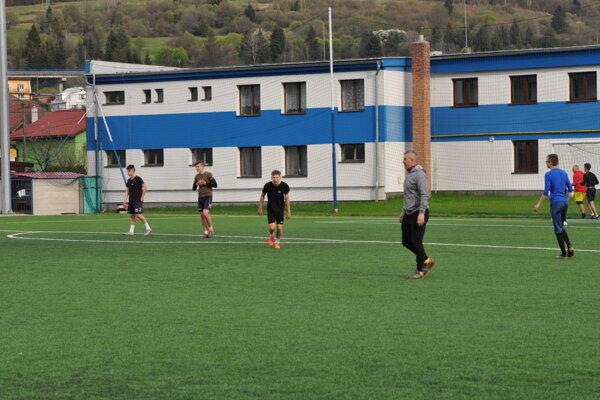 Trénovanie v skupinkách je náročné pre trénerov aj hráčov.