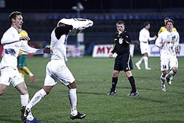 Brazílčan Cléber sa tešil z gólu 2:0 tak, že si vyzliekol dres, za čo uvidel žltú kartu.