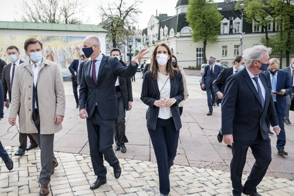 Zľava ukrajinský minister zahraničia  Dmytro Kuleba, holandský minister Stephanus Blok a Sophie Wilmesová, šéfka belgickej diplomacie.