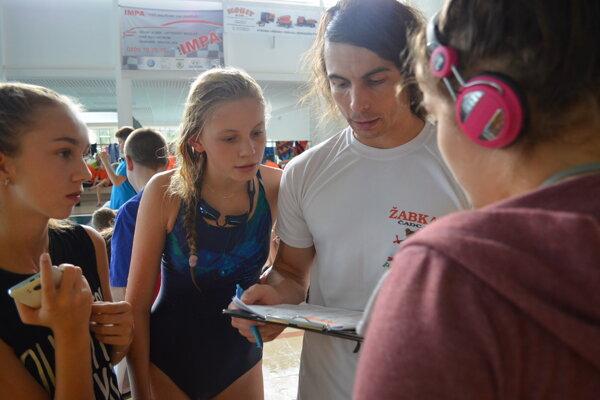 Jozef Jedinák vysvetľuje mladým plavcom správnu techniku.
