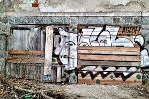 Ani Slávikovej vile sa nevyhlo moderné pouličné umenie, ktoré zanechali sprejeri.